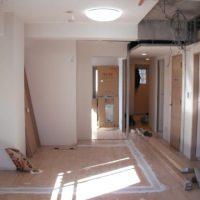 【施工中】もとあった洋室をなくしリビングを広くするため、間仕切りを解体し、新しく下地します。