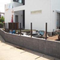 【施工中】西側道路フェンス~ブロック積み、フェンスを取り付けるための 柱を立てていきます~