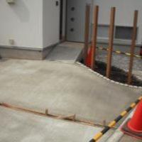 【施工中】玄関~スロープ部分まで土間コンクリート打ち完成です。しっかり乾くまで、養生期間3~4日ほど空けます~